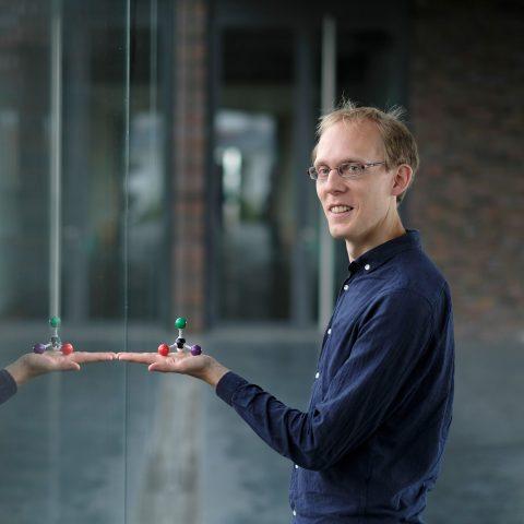 Dr. Martin Pitzer mit einem Molekül in der Hand