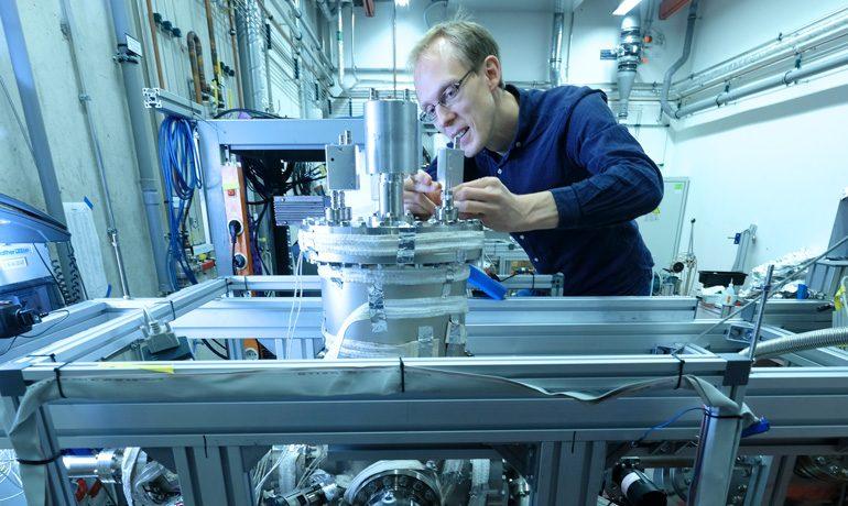 Dr. Martin Pitzer arbeitet in der Vakuumkammer