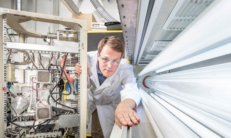Das Instrument zur Feinstaub-Analyse erinnert an eine Leuchtstoffröhre.