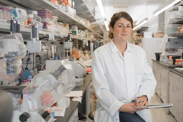 Im neuen Labor der University of California untersucht Lena Veit, was sich im Gehirn ändert, wenn Zebrafinken ihren Gesang lernen.