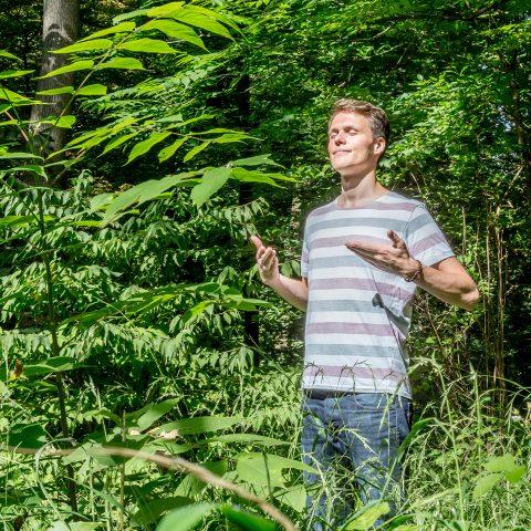 Martin Brüggemann steht im Wald