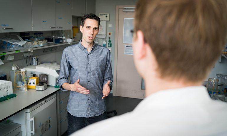 Dominik Niopek in seinem Labor