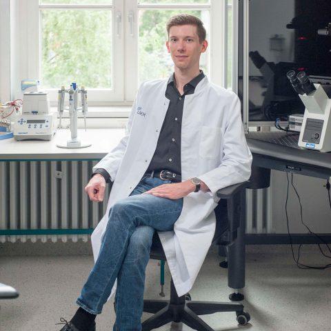 Christian Schiffer an seinem Arbeitsplatz