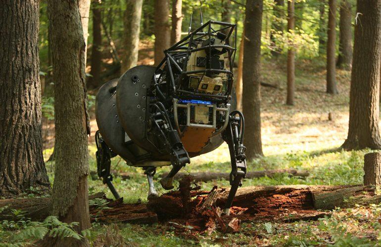 Hundeähnlicher Roboter im Wald