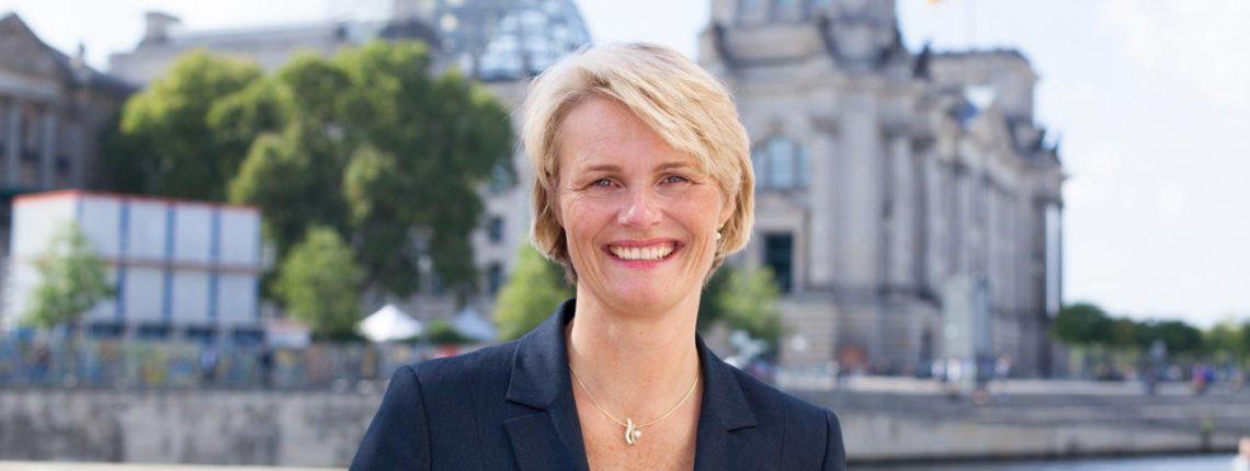 Portrait von Anja Karliczek vor dem deutschen Bundestag