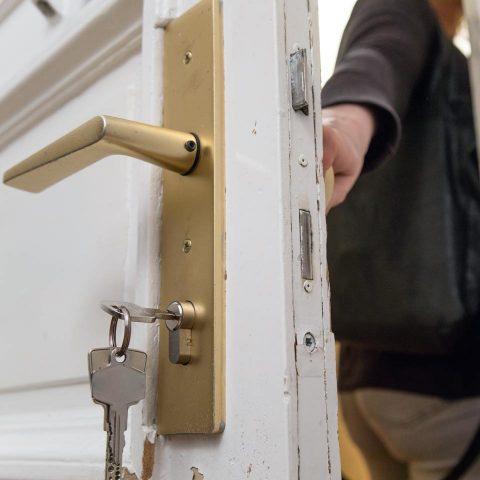 Eine Person verlässt die Wohnung, der Schüssel steckt noch von innen