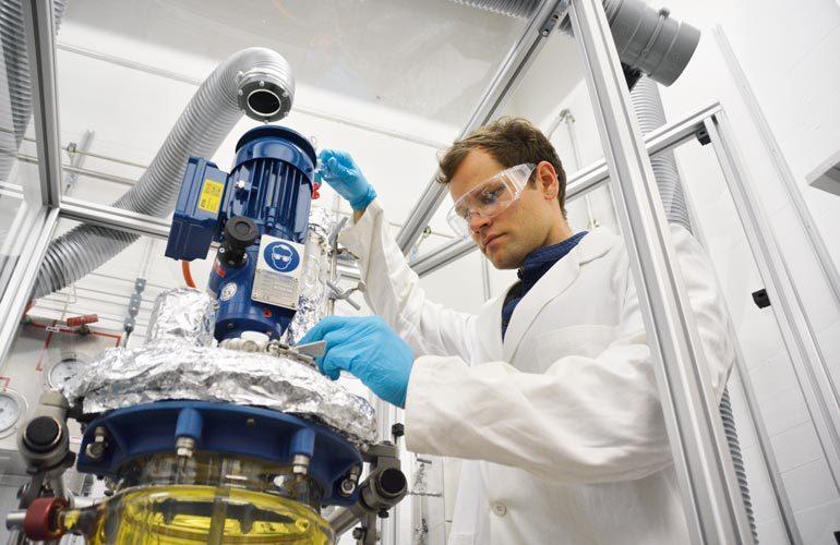 Im Labor lassen sich bereits Kunststoffeaus erneuerbaren Quellen herstellen, die über bessere Eigenschaften verfügen als herkömmliche Materialien.