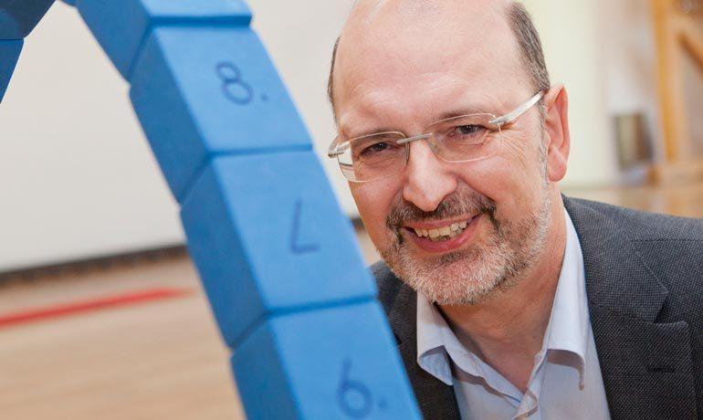Albrecht Beutelspacher war bis 2018 Professor für Mathematik an der Universität Gießen. Er ist Gründer und Direktor des Mathematikums in Gießen und Träger des Communicator-Preises der Deutschen Forschungsgemeinschaft.