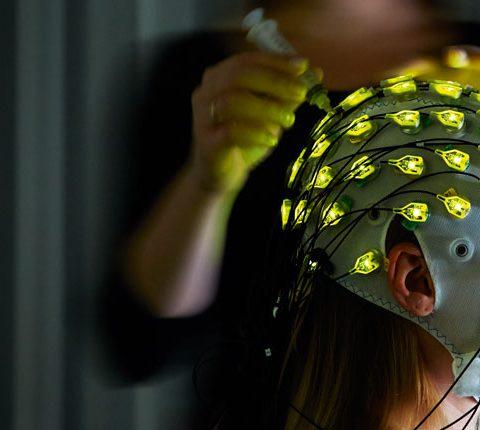 Eine Frau beim EEG