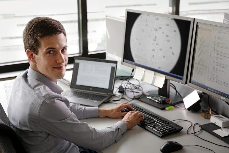 Mithilfe der von Andreas Grimmer entwickelten Algorithmen lassen sich mikrofluidische Chips nunmehr am Computer entwickeln und prüfen. Der aufwendige Bau von Prototypen nach dem Trial-and-Error-Verfahren entfällt