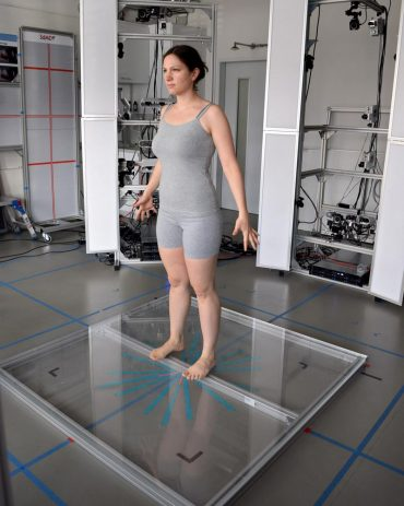 Die Autorin Simone Behrens im Körperscanner. Er projiziert ein kaum sichtbares Punktmuster auf den Körper, aus dem im Computer ein dreidimensionales Abbild berechnet wird