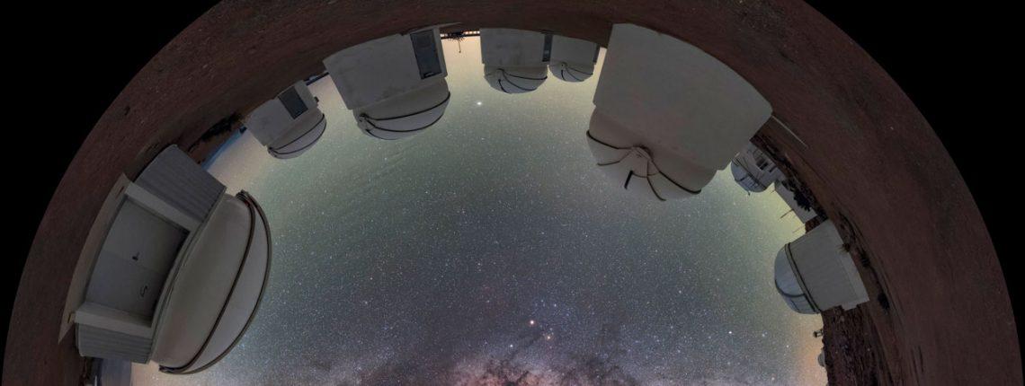 Blick durchs Fischaugenobjektiv: Die Milchstraße am Himmel über dem Cerro Tololo Inter-American Observatory am Rande der chilenischen Atacama-Wüste
