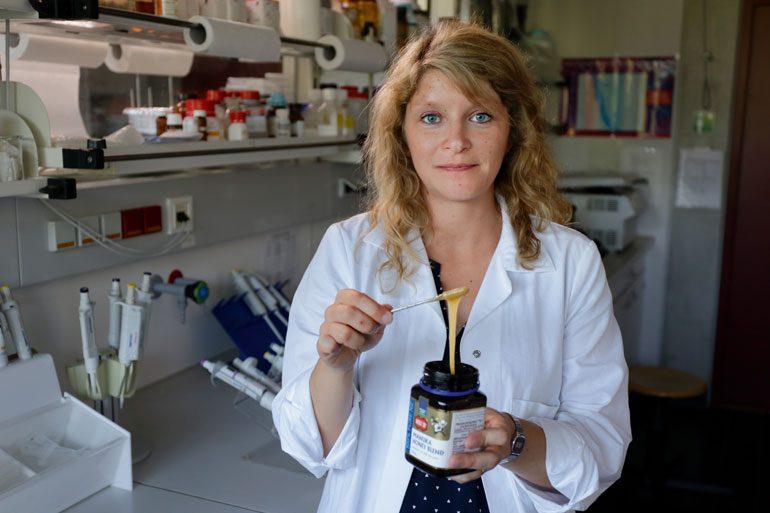 Auch wenn Fälscher dem Manuka-Honig die entzündungshemmende Substanz künstlich zusetzen, kann Jana Raupbach das erkennen. In der Zukunft könnte dies sogar per Schnelltest funktionieren