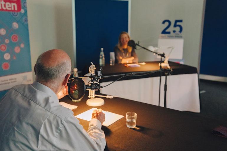 """Norbert Lammert und Antje Boetius bei der Aufnahme zum Podcast """"Treffen sich  Welten"""""""
