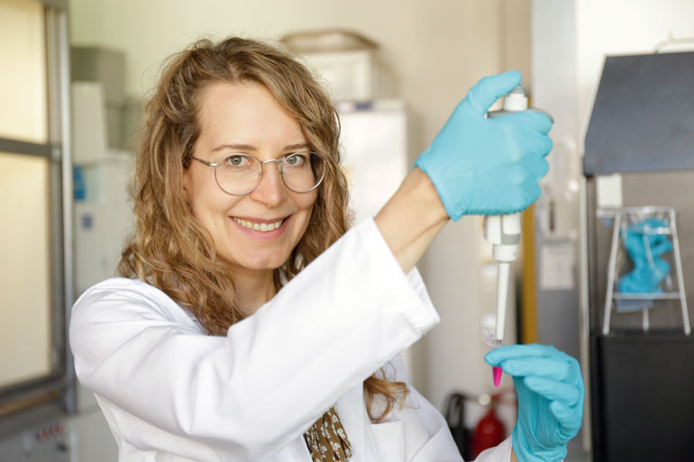 Michaela Prothiwa im Labor