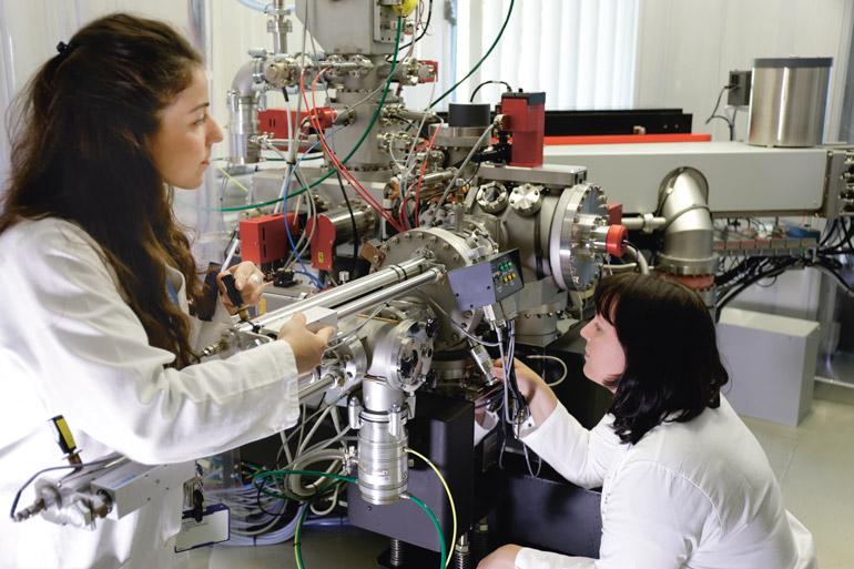 Anja Worrich mit Kollegin im Labor
